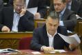 Orbán Viktor miniszterelnök szavaz az Országgyűlés plenáris ülésén 2015. március 3-án. Mögötte Kósa Lajos, a Fidesz frakcióvezető-helyettese (b) és Rogán Antal, a Fidesz frakcióvezetője.
