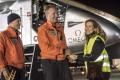 Bertrand Piccard orvos-pilóta, a Solar Impulse társaság elnöke és Andre Borschberg mérnök-pilóta, a Solar Impulse 2 napelemes repülő előtt Forrás: MTI/EPA/Global Newsroom/Global Newsroom